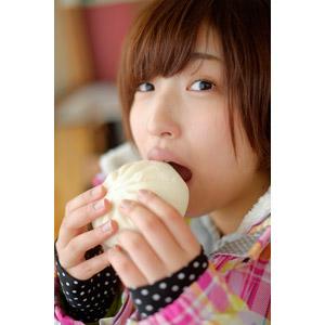 フリー写真, 人物, 女性, アジア人女性, 日本人, 女性(00043), 食べる, 食事, 食べ物(食料), 中華まん, 口を開ける