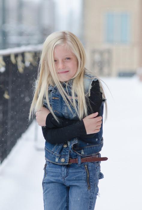 フリー写真 雪の中凍える外国の女の子