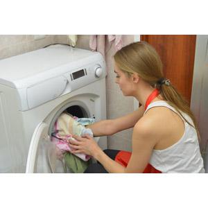 フリー写真, 人物, 女性, 外国人女性, ポニーテール, 洗濯, 洗濯機, 洗濯物