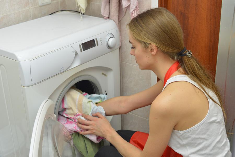 フリー写真 洗濯をする外国人女性