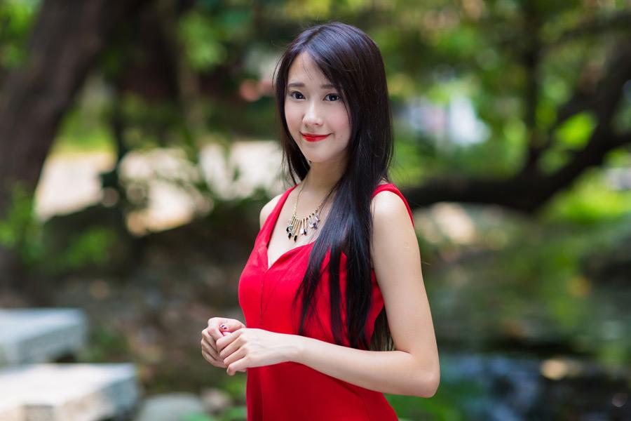 フリー写真 赤いドレスにネックレスをした女性のポートレイト