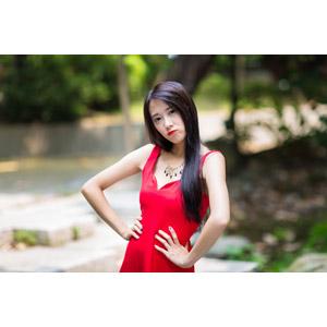 フリー写真, 人物, 女性, アジア人女性, 中国人, Neo Li(00040), ドレス, 腰に手を当てる, 怒る, ネックレス