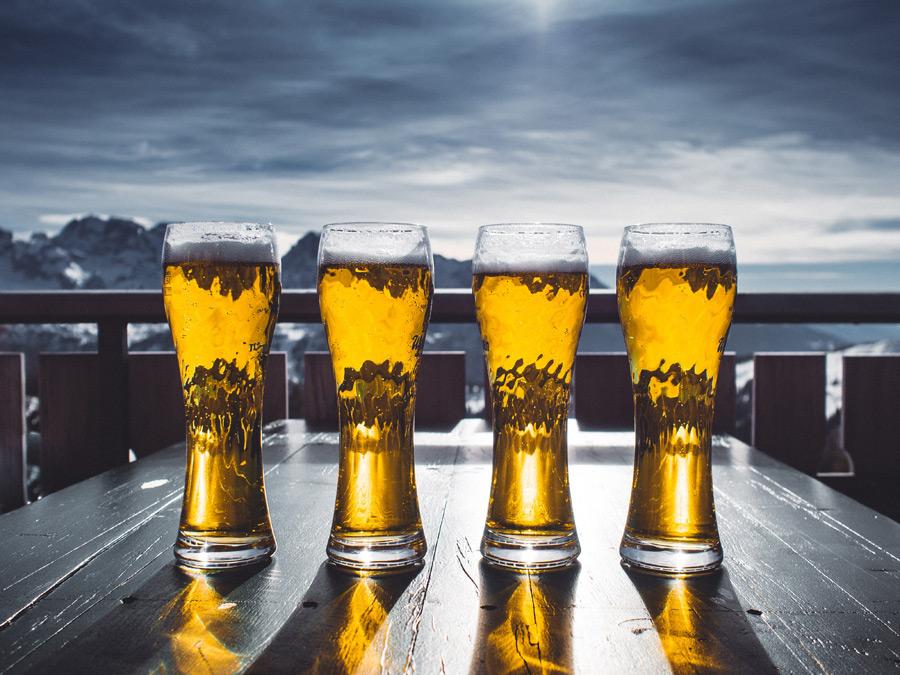 フリー写真 テーブルに並べられたビール