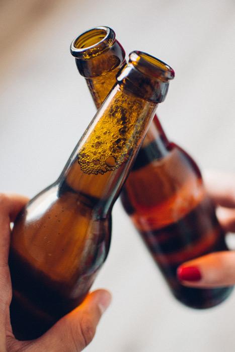 フリー写真 ビール瓶のまま乾杯