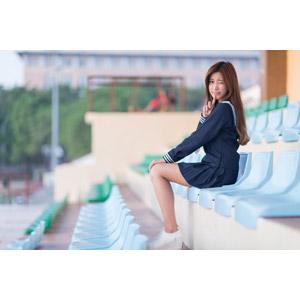 フリー写真, 人物, 女性, アジア人女性, 少女, アジアの少女, 楚珊(00053), 中国人, セーラー服(学生服), 学生服, 学生(生徒), 高校生, 座る(椅子), 観客席, 人差し指を立てる, ウインク