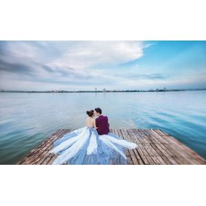 フリー写真, 人物, カップル, 花婿(新郎), 花嫁(新婦), 愛(ラブ), 人と風景, 二人, 後ろ姿, 桟橋, 河川, 向かい合う, ウェディングドレス, 結婚式(ブライダル)