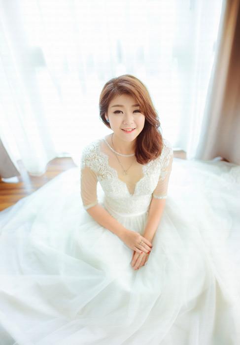 フリー写真 ウェディングドレスを着る女性のポートレイト