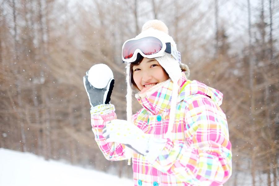 フリー写真 雪玉を投げる日本人女性のポートレイト