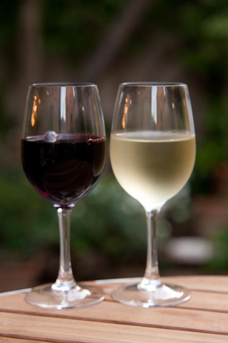フリー写真 グラスに注がれた赤ワインと白ワイン