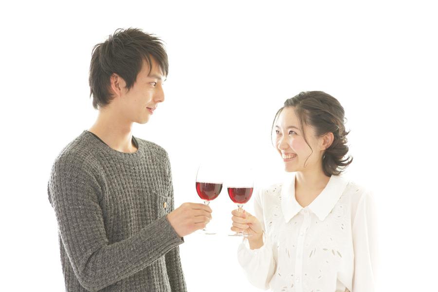 フリー写真 赤ワインで乾杯するカップル