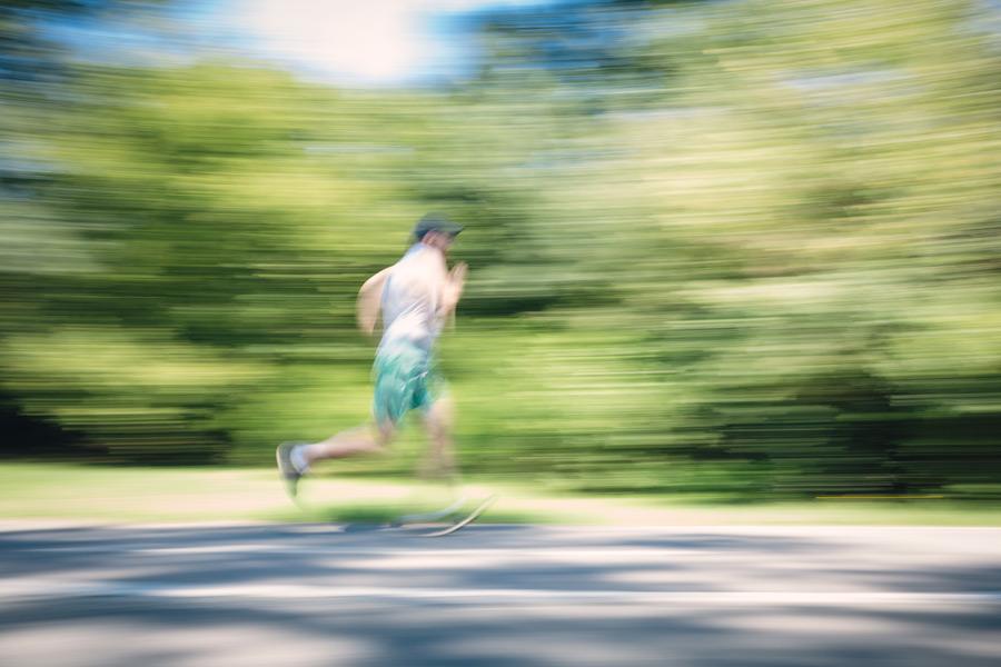 フリー写真 すごいスピードでジョギングする男性