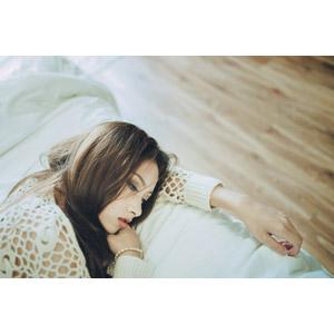 フリー写真, 人物, 女性, アジア人女性, ベトナム人, 横たわる, 憂鬱, 腕枕
