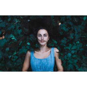 フリー写真, 人物, 女性, 外国人女性, 寝転ぶ, 仰向け, 植物, 雑草, 草むら, 女性(00061)
