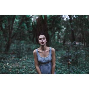 フリー写真, 人物, 女性, 外国人女性, 女性(00061), 髪が逆立つ, 森林, 人と風景