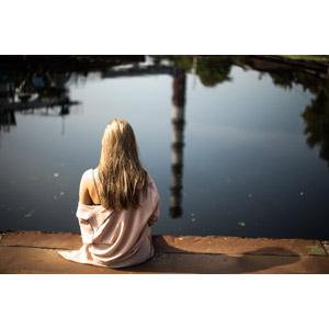 フリー写真, 人物, 女性, 外国人女性, 後ろ姿, 人と風景, 池