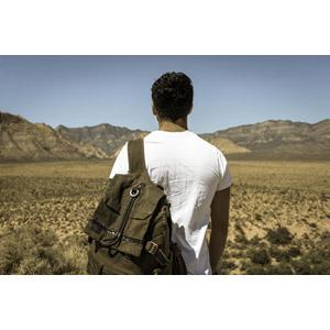 フリー写真, 人物, 男性, 外国人男性, 後ろ姿, リュックサック(ナップサック), 眺める, 荒野
