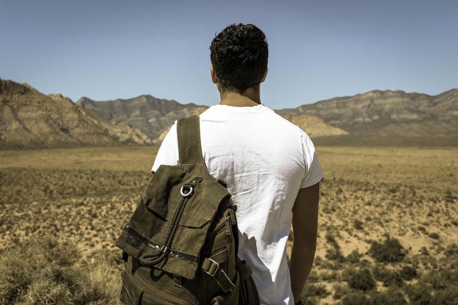 フリー写真 荒野を見つめる外国人男性の後ろ姿