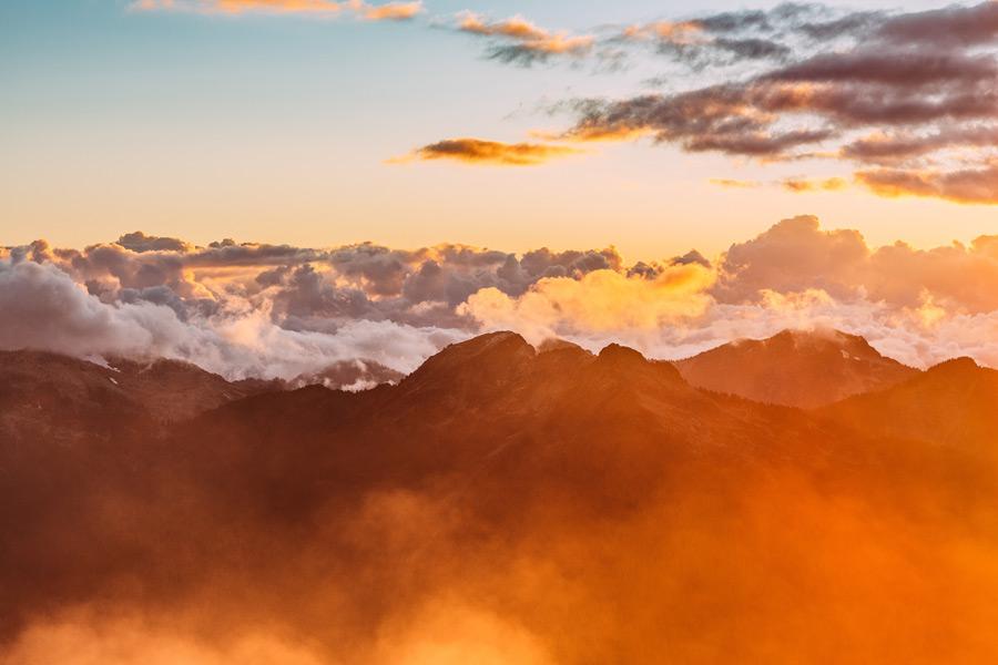 フリー写真 朝日に照らされる雲海と山の風景