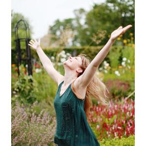 フリー写真, 人物, 女性, 外国人女性, 手を広げる, 見上げる(上を向く), 歓喜, 喜ぶ(嬉しい)