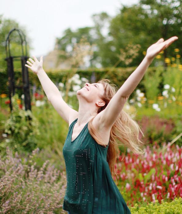 フリー写真 手を広げて歓喜する外国人女性のポートレイト