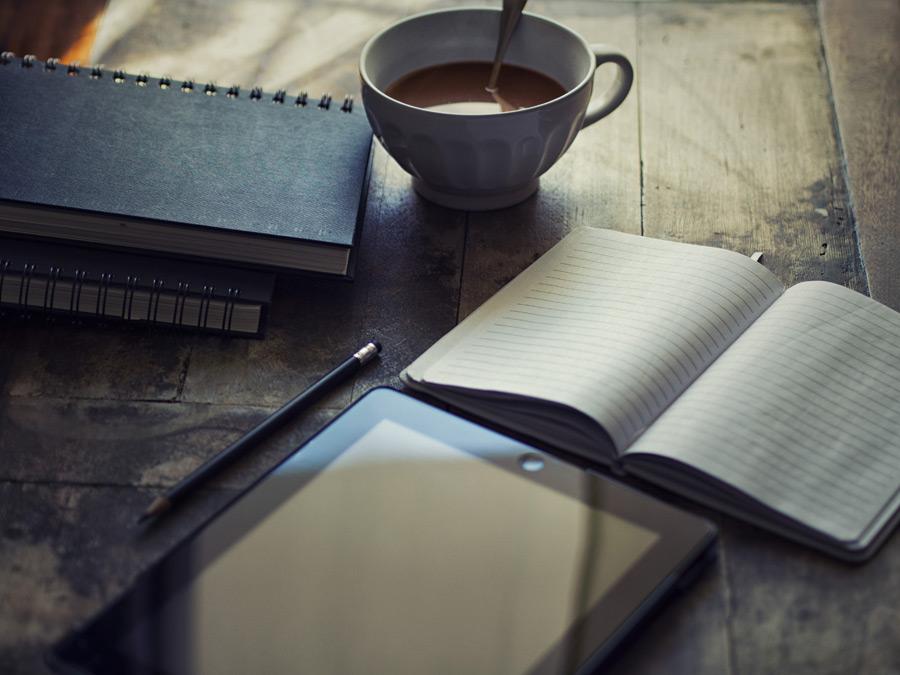フリー写真 机の上に置かれたiPadと手帳と鉛筆とココア