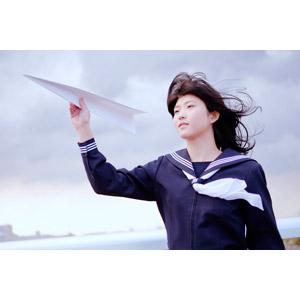 フリー写真, 人物, 少女, アジアの少女, 日本人, 少女(00048), 学生(生徒), 高校生, セーラー服(学生服), 学生服, 紙飛行機, 髪がなびく