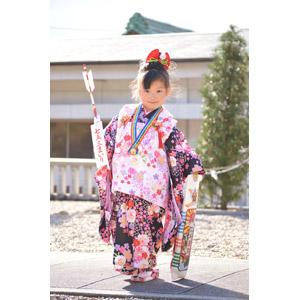 フリー写真, 人物, 子供, 女の子, アジアの女の子, 女の子(00035), 日本人, 和服, 着物, 年中行事, 七五三, 11月, 日本神道, 千歳飴, 破魔矢
