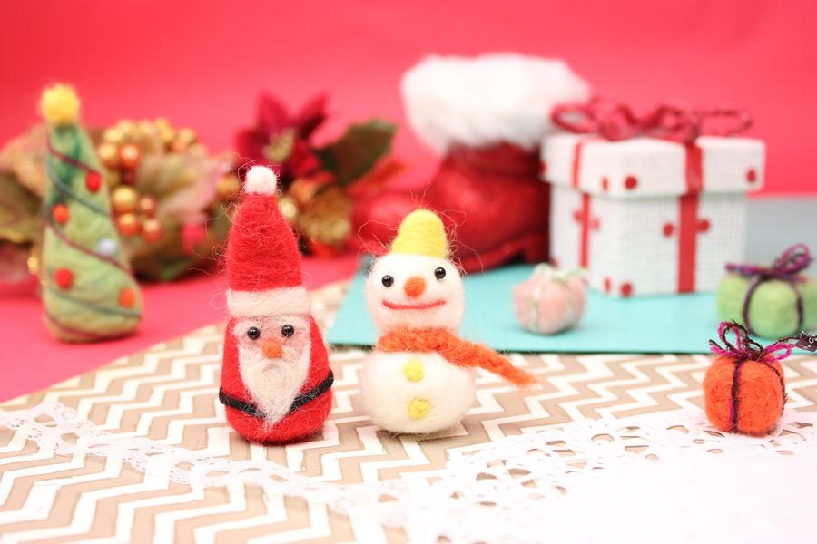 フリー写真 サンタや雪だるまなどのクリスマスの人形