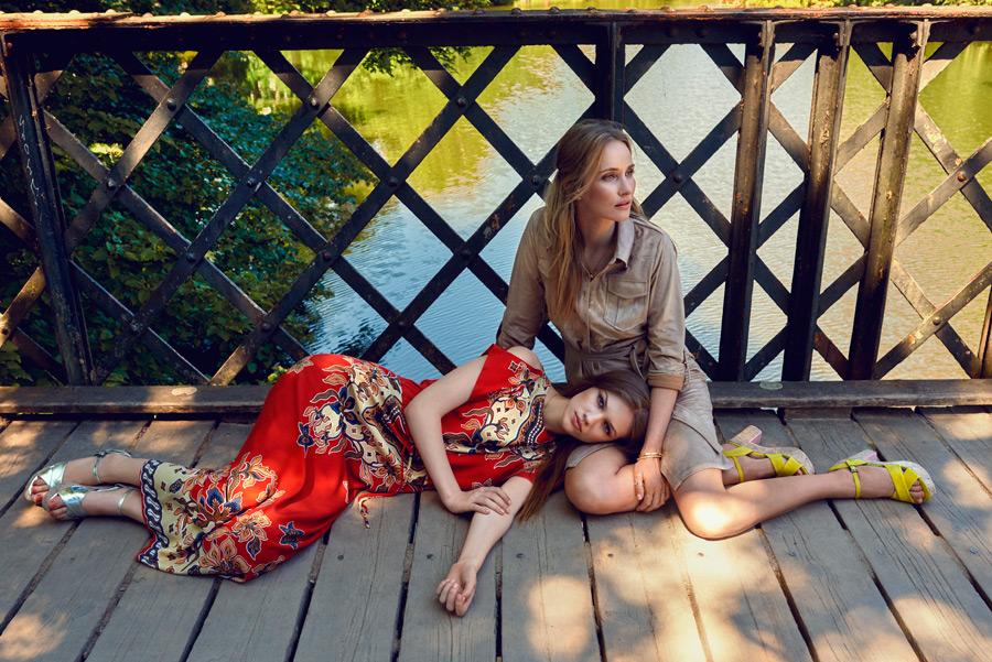フリー写真 膝枕している二人の外国人女性のポートレイト