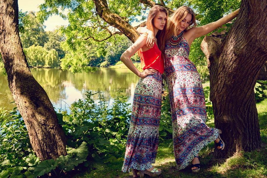 フリー写真 池の前で肩を組む二人の外国人女性