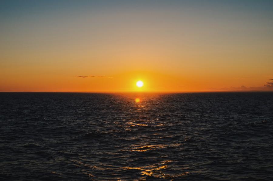 フリー写真 夕日と海の風景