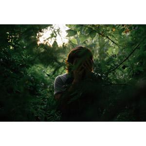 フリー写真, 人物, 人と風景, 森林, 葉っぱ, 顔を覆う, 泣く(泣き顔), 失望(絶望), 悲しい