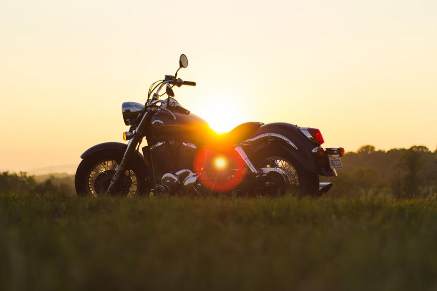フリー写真 夕日とバイクのある風景