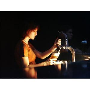 フリー写真, 人物, 女性, 外国人女性, 職業, 仕事, 店員, 酒場(バー), 飲食店, ビール, 飲み物(飲料), お酒, ビール, グラス, ビールサーバー, 横顔