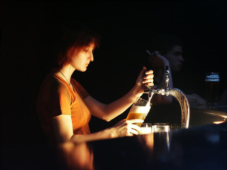 フリー写真 バーでビールを注ぐ女性店員