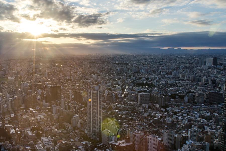 フリー写真 太陽の光と東京の街並み