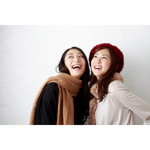フリー写真, 人物, 女性, アジア人女性, 日本人, 女性(00064), 女性(00065), 二人, 友達, 笑う(笑顔), マフラー, 見上げる(上を向く), ベレー帽