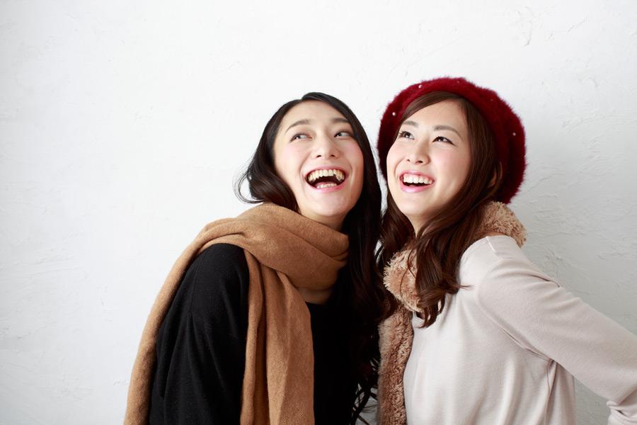 フリー写真 笑いながら天を見上げる二人の女性