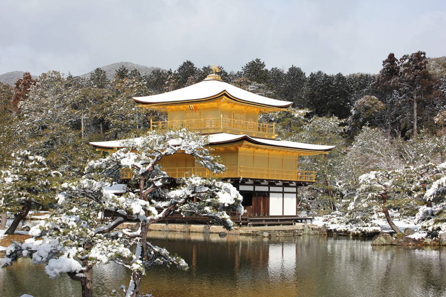 フリー写真 雪の残る金閣寺の風景