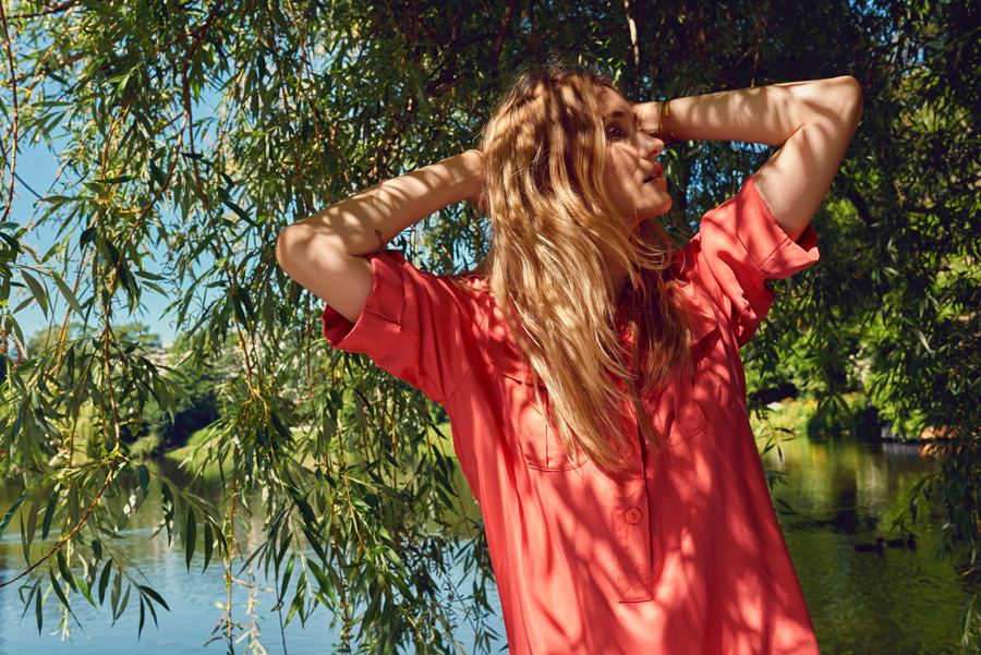フリー写真 頭の後ろで手を組む外国人女性のポートレイト