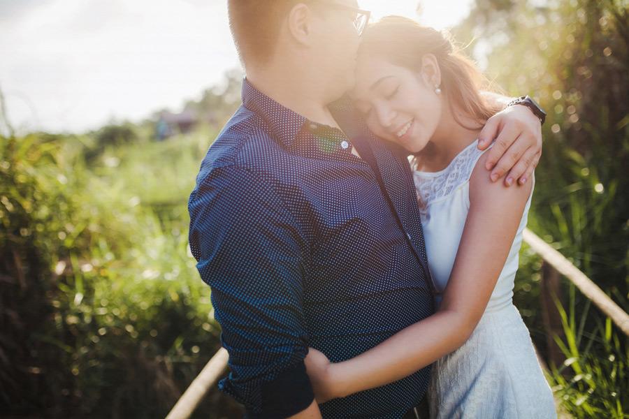 フリー写真 抱き合っておでこにキスをカップル