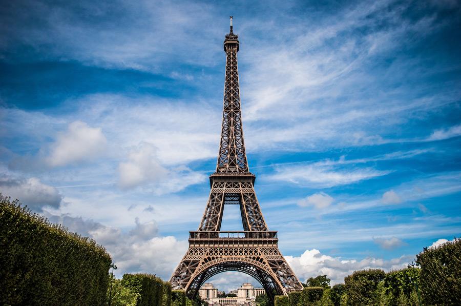 フリー写真 エッフェル塔と雲のある空の風景
