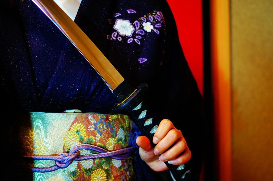 フリー写真 日本刀を抜く着物姿の女性
