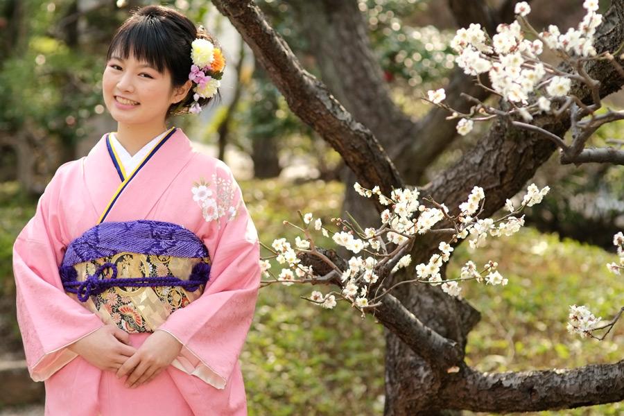 フリー写真 梅の花と晴れ着姿の女性