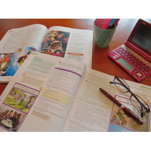 フリー写真, 本(書籍), 教科書, 英語, 勉強(学習), 電子辞書, 眼鏡(メガネ), ボールペン