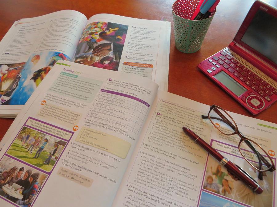 フリー写真 英語を勉強している机の上の風景