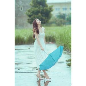 フリー写真, 人物, 女性, アジア人女性, ベトナム人, 雨, 人と風景, 傘, ドレス, 見上げる, 女性(00067)