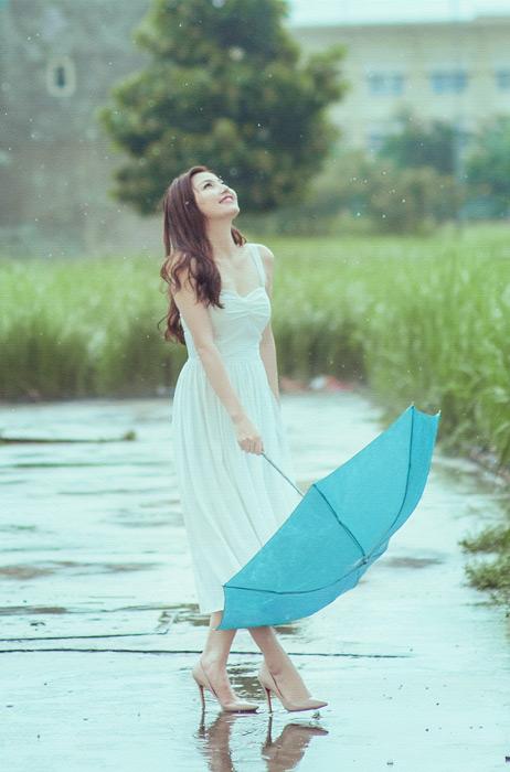 フリー写真 雨に濡れながら空を見上げる女性