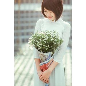 フリー写真, 人物, 女性, アジア人女性, ベトナム人, 女性(00068), アオザイ, ショートヘア, 人と花, 花束, かすみ草(カスミソウ)