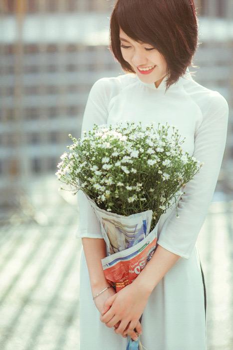 フリー写真 カスミソウの花束を持つベトナム人女性